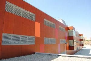 Carpinteria-panelado_colegio_exterior_forrado_tablero_fenolico_marron