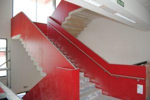 Carpinteria-panelado_de_escaleras_tablero_fenolico_rojo_colegio